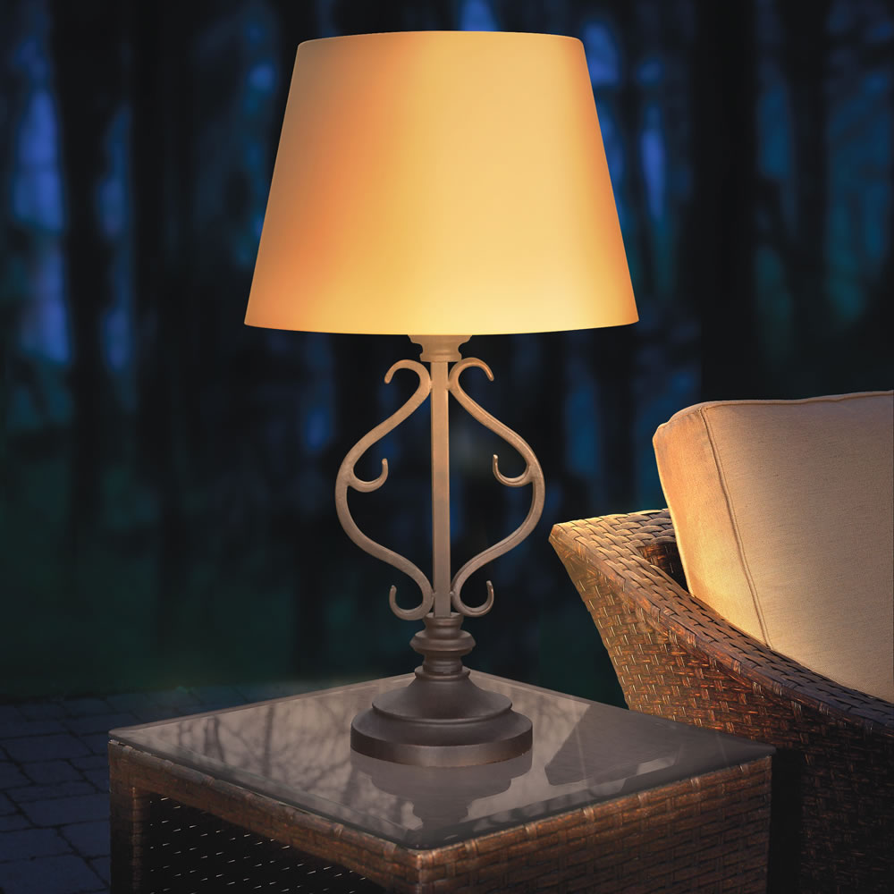 the solar powered patio table lamp hammacher schlemmer